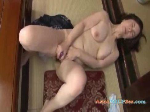 60歳の高齢者の夫婦生活でおまんこが満足しない完熟老女がおまんこを弄ってる還暦動画画像無料