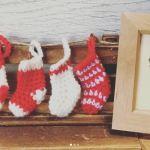 クリスマスのオーナメントを毛糸で編んでみたPart2 ミニソックスとヒイラギ