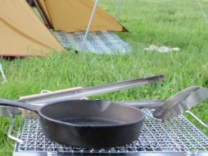 オートキャンプ場で食事の準備