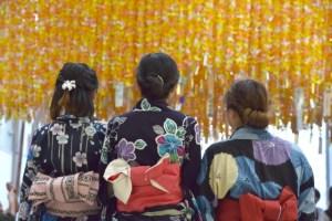 七夕祭での若い女性の浴衣姿