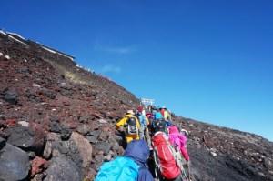 登山する人々