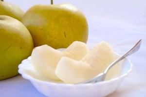 剥いて冷やした美味しい梨