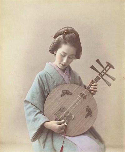 古写真「月琴の弾く女性」fasari