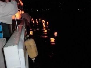 続いて2艘目の船も灯籠流しを行いました