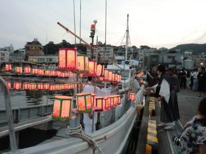 灯籠を漁船に乗せます