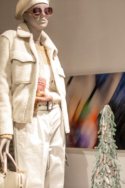 """In den Schaufenstern von StandArt Damenmoden hinter der Schaufensterpuppe: Nana als abstrakte Fotografie """"Hinter den Augen sehen"""" von Kai Grüber."""