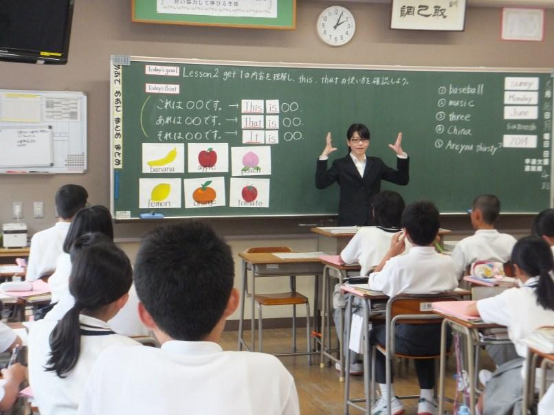 大野城市内の中学校で授業をする2014年度本学実教育実習生、藤井さん