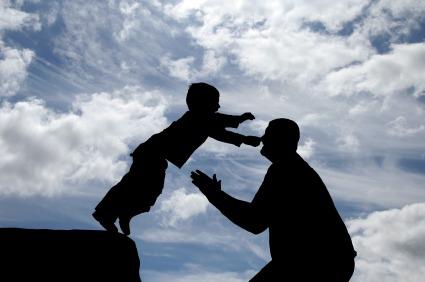 Mann fängt Kind im freien Fall