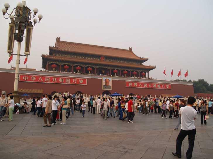 連休中のため、たくさんの人達が賑わっている天安門広場