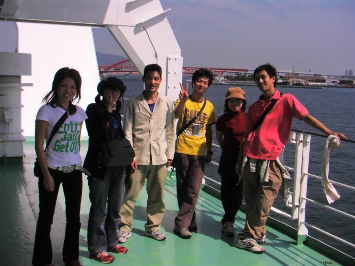 日本を出発前の船の甲板での集合写真 左からあけちゃん・マッキー・オッキー・だいた・アコちゃん・ようちゃん