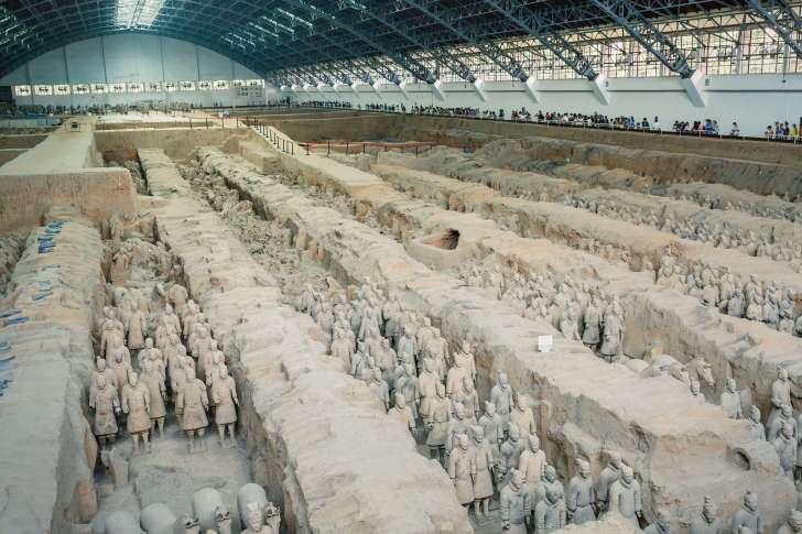 広い館内には、たくさんの兵士俑が並んでいる。