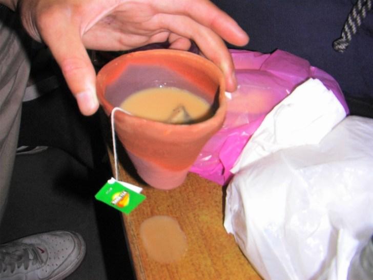 「チャイが減ってる!? 誰か勝手にオラのチャイを飲んだ?」 底に穴が空いて、漏れているだけだった(泣)。