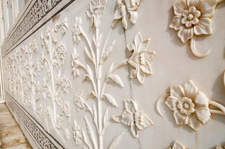 タージマハールの壁は花模様の白大理石で造られていた