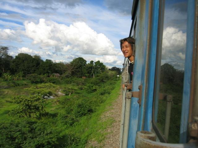 途中列車の窓から野生動物達を見ることができた。 キリン、インパラ、カバも発見した