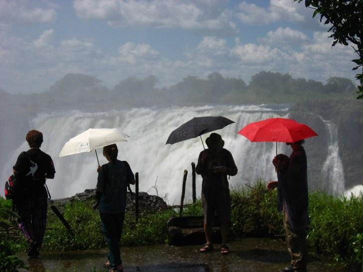 滝のそばは晴れていてもいつでも傘かカッパが必要だ。滝の水煙が雨となって降り注いでくるからである