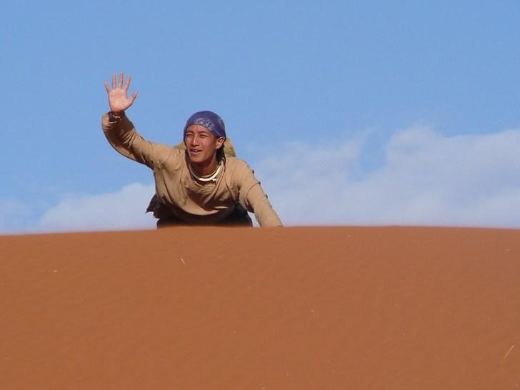 砂漠に足を取られ苦戦するようちゃん