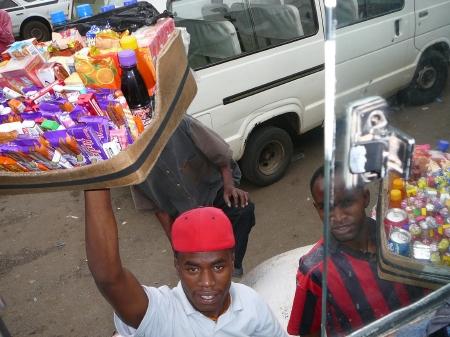 バスでの移動中、窓越しに商品を売りに来るタンザニア人。 愛想のいい商売の仕方も大阪人ぽい