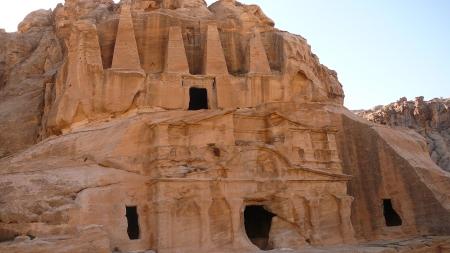 オベリスクの墓 メインゲートから歩いてすぐの所にある建造物。 名前の由来はお墓の上に4つのとがった柱(オベリスク)を掲げていることからである。 すぐ下の穴の空いた部屋の中では葬儀が執り行われていた。