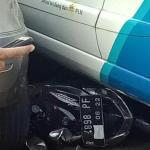 Mobil PLN Ngebut dan Melindas Motor Mio di Samping ITC BSD