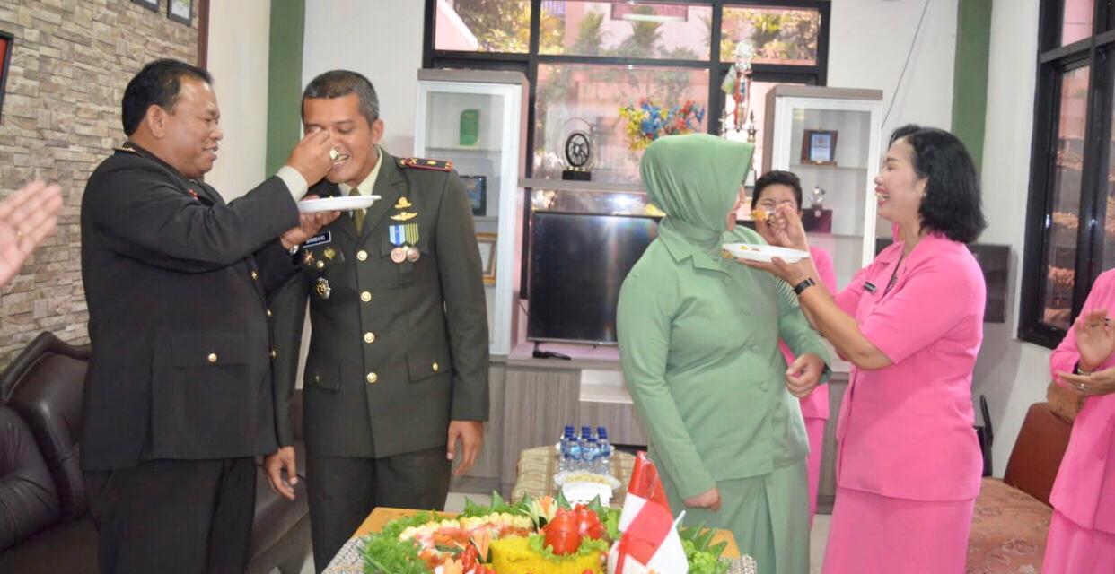 HUT TNI ke-74, Kapolsek Neglasari Kunjungi Koramil 02 Batuceper