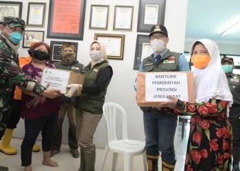 Foto: Gubernur Jabar Ridwan Kamil bersama Ketua Umum Jabar Bergerak Atalia Ridwan Kamil meninjau lokasi banjir sekaligus memberikan bantuan kepada warga di Kabupaten Bandung
