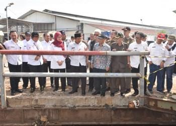 Foto: Wakil Gubernur Jawa Barat Uu Ruzhanul Ulum saat meninjau lokasi banjir di area PT. Kahatex, Jl. Raya Rancaekek-Cicalengka.