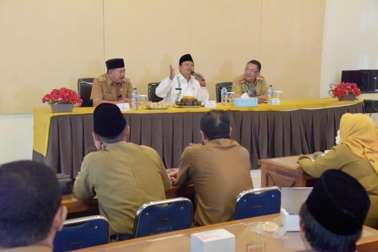 Foto: Wakil Gubernur Jabar Uu Ruzhanul Ulum memberikan arahan kepada para Kepala Sekolah SMA/ SMK/ SLB Se- Kab Kuningan, di SMK Negeri 3 Kuningan