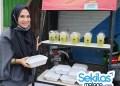 Foto: Manager Dendeng Intong Cafe Sarah Mawardi, saat menyediakan nasi dan takjil gratis.