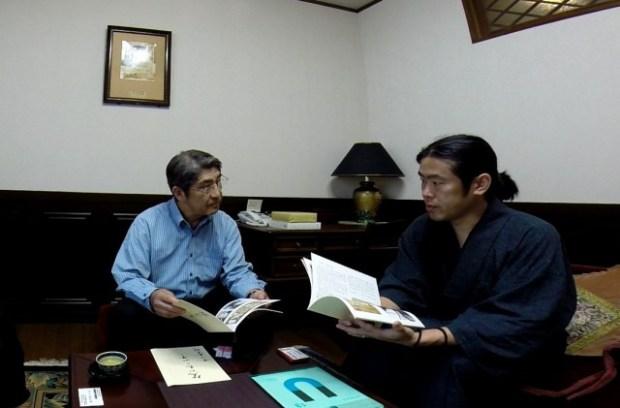 中川鹿太郎さんのご自宅で話を聞く筆者