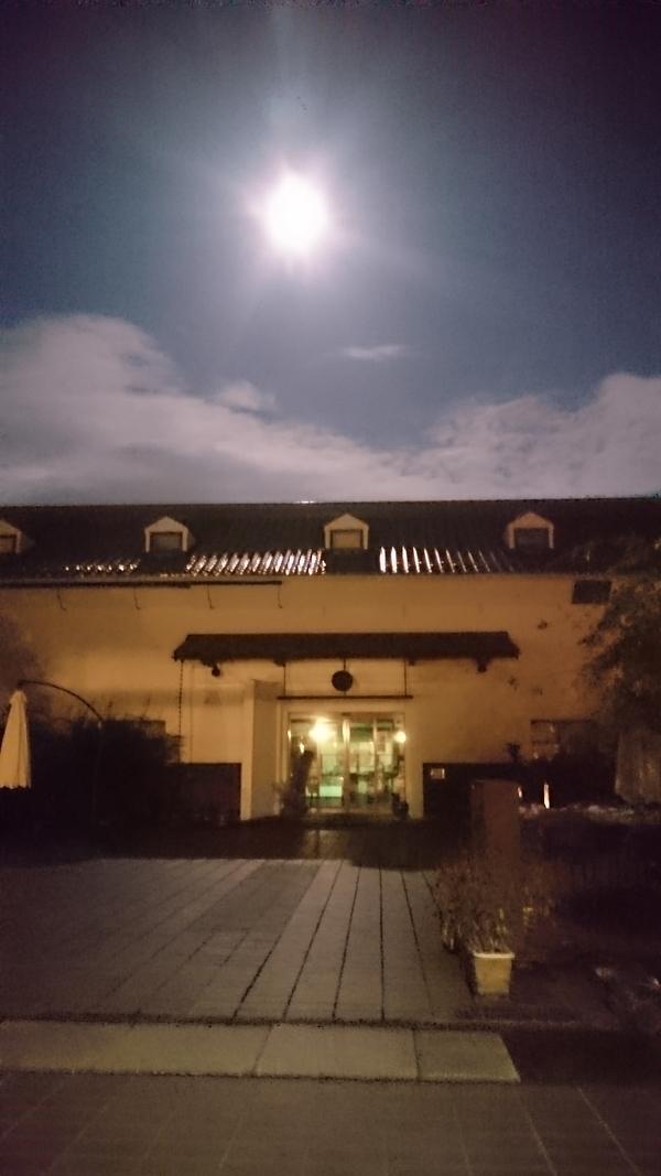美しい月と蔵