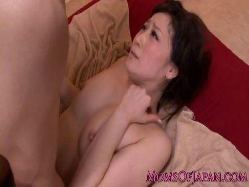 アダルトビデオ女優の川上ゆうが濃密で激しいエッチに興奮して痙攣絶頂してるセックス動画無料