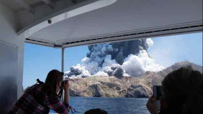 Contoh Teks Reporter Tentang Gunung Meletus