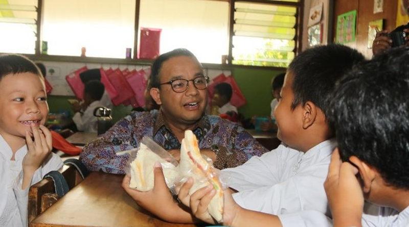 Gubernur DKI Anies Basweda dan anak sekolah. (Dok Humas Pemprov DKI Jakarta)