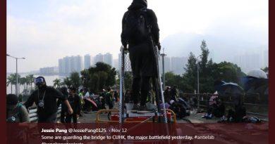 Sejumlah demonstran berjaga di China University of Hong Kong (Twitter/@JessiePang0125)