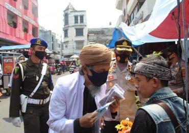 Kesadaran Protokol Melemah, Ulama Kota Sukabumi Turun ke Jalan Bagikan Masker