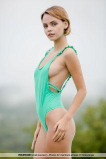Ariel-A-in-badpak-en-naakt-bij-het-zwembad-002
