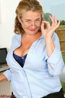 Camilla-A-geile-mature-secretaresse-met-grote-tieten-08