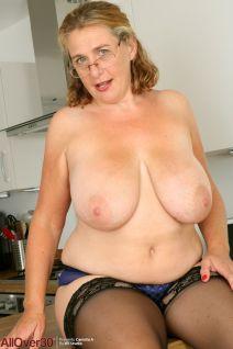 Camilla-A-geile-mature-secretaresse-met-grote-tieten-13