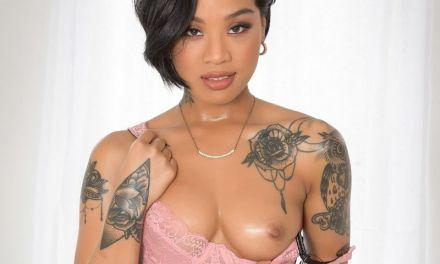 Ebony tatoeage babe, Honey Gold, heeft verleidelijke ogen
