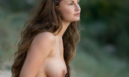 Susann, grote tieten en knap, gaat naakt in de duinen
