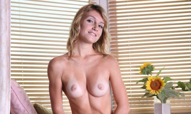 Blonde Connie heeft lange benen en mooie borsten