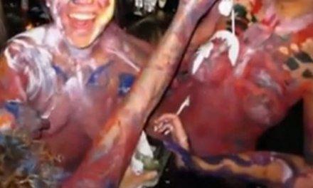 Blote mensen met bodypaint bij the New York Fashion Week