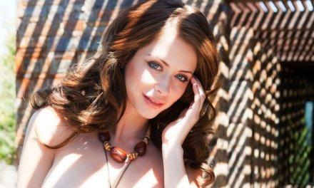 Brunette met grote tieten naakt, Emily Addison is mooi