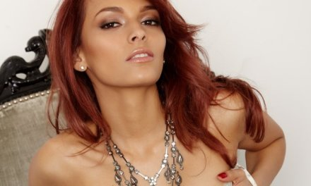 Valerie Rios, roodharige schoonheid doet sexy in een stoel
