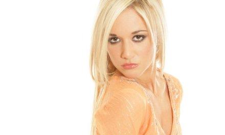 Lekker blondje gaat naakt, blijkt ze nog steeds lekker te zijn