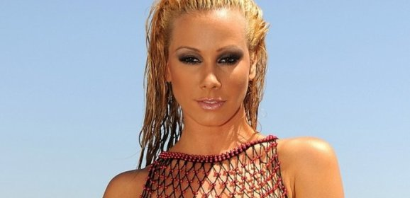 Sandy, heet blondje in visnet lingerie bij het zwembad