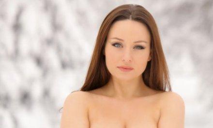 Carla, sexy in lingerie en naakt in de sneeuw