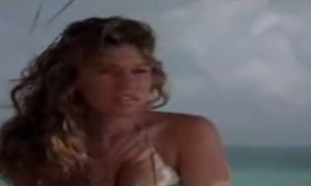 Kelly Brook in bikini, douchen met een vriendin