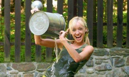 Hannah heeft het heet, afkoelen met water dus