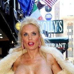 Coco laat haar topless tieten zien